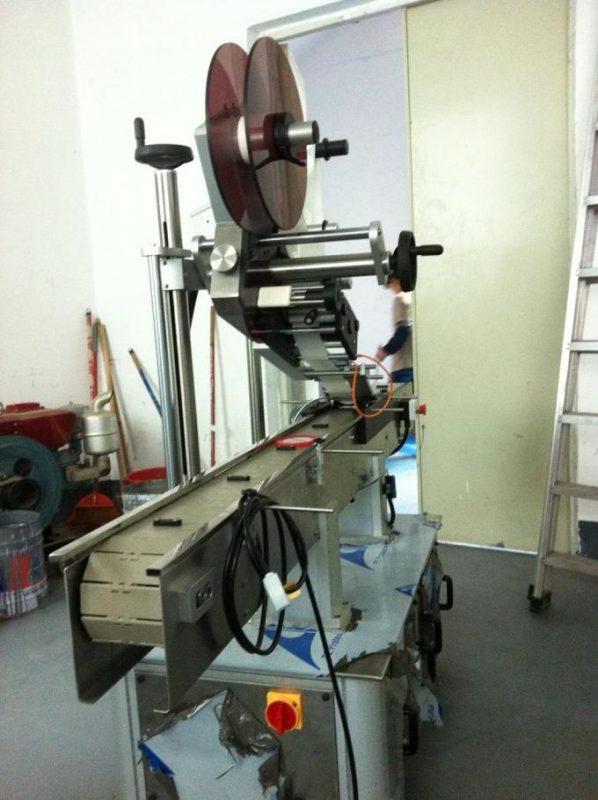Lepicí typ Plochý povrchový etiketovací stroj Vrchní štítek pro víčko