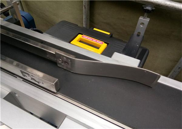 Plně automatický štítkovací stroj na štítky pro prázdné plastové obálky