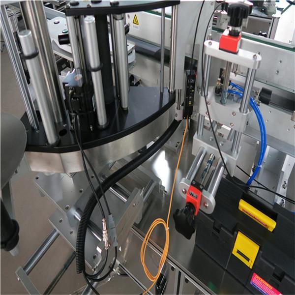 Stroj / zařízení na označování lahví na přední straně se zpětnou orientací