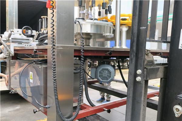Kulatá láhev Rotační samolepka Etiketovací strojní zařízení Tloušťka ≥ 30 mm