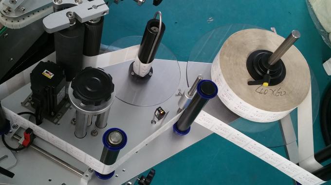 Stroj na nanášení samolepek na čtvercové lahve o hmotnosti 25 kg, etiketovací stroj s lahvemi na krmení stabilní rychlostí