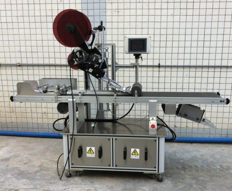 Čína špičkový etiketovací stroj pro masku / nerozprostřený karton / papírové tašky, dodavatel aplikátoru štítků na plochý povrch