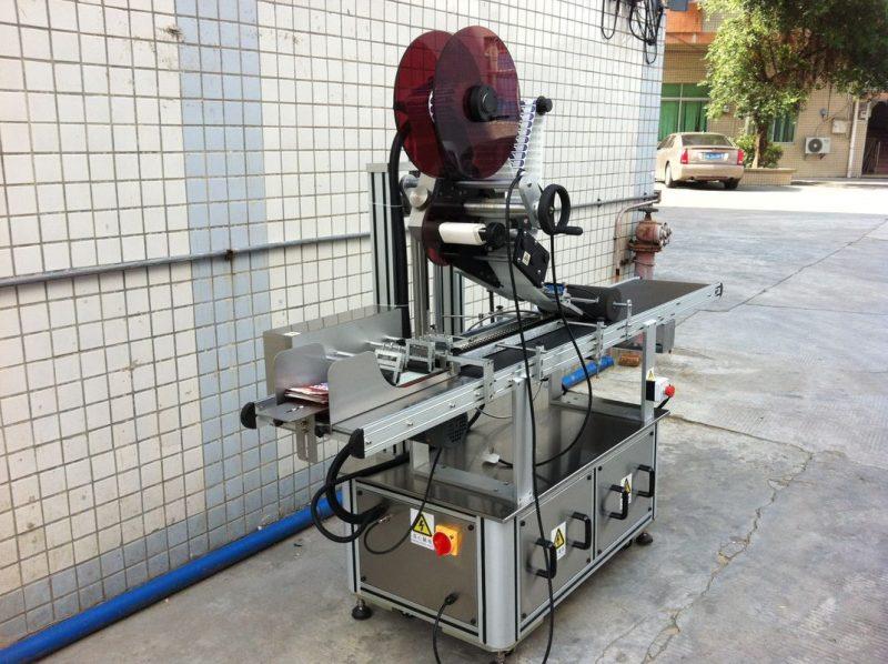 Čína elektrický pohon horní etiketovací stroj, dodavatel samolepicí etiketovací etiketovací stroj
