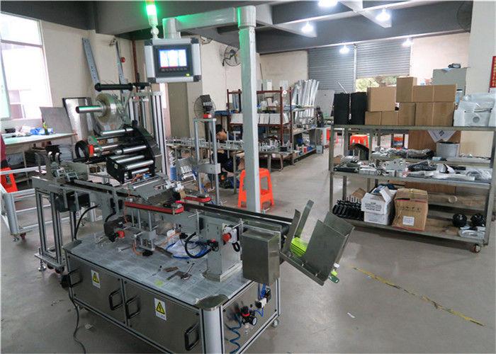 Čína Auto Top Etiketovací stroj plochý povrch štítkovač s dopravníkem / Top etiketovací zařízení dodavatele