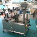 Stroj na nanášení štítků na přední a zadní stranu s korekčním mechanismem