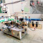 Automatický samolepicí etiketovací stroj na šampony a čisticí prostředky